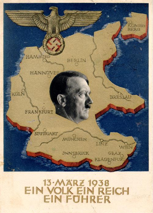 Manifesto nazista commemorativo dell'Anschluss, l'annessione dell'Austria al Reich tedesco, 1938.Domina sullo sfondo la nuova sagoma geografica del Reich, che di lì a poco si ingrandirà ulteriormente acquisendo i Sudeti e la regione di Memel.Il profilo del Fuhrer e l'aquila nazionalsocialista completano il quadro dando vita a un'immagine dalla solennità sinistra.