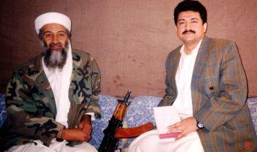Osama bin Laden con il giornalista pakistano Hamid Mir in Afghanistan nel 2001. Foto di: Visual News/Getty Images