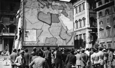 Grande carta allestita a piazza Colonna a Roma per seguire gli avvenimenti bellici, 1940-41.
