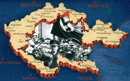 Immagine che celebra l'annessione dei Sudeti al Reich, 1938.Nei paesi totalitari la carta geografica fa da sfondo alla glorificazione del dittatore. In questa si celebra l'annessione al Reich dei Sudeti con l'immagine in rilievo della regione e le foto di Hitler affiancato dal leader locale Henlein.