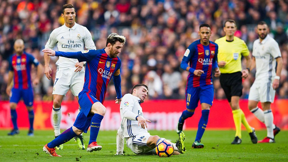BARCELONA, SPAIN - DECEMBER 03:  Lionel Messi of FC Barcelona fights for the ball with Mateo Kovacic of Real Madrid CF during the La Liga match between FC Barcelona and Real Madrid CF at Camp Nou stadium on December 3, 2016 in Barcelona, Spain.  (Photo by Alex Caparros/Getty Images)