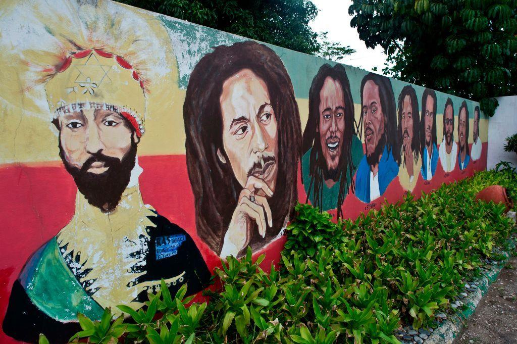 Un murales a Kingston ricorda l'imperatore etiope Salassiè insieme alla leggenda del reggae Bob Marley e i suoi sette figli. Foto di Mladen Antonov/AFP via Getty Images.