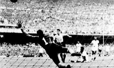 Il centravanti uruguayano Juan Alberto Schiaffino contro il portiere brasiliano Moacyr Barbosa durante la finale di Coppa del mondo il 16 luglio 1950 a Rio de Janeiro. Foto di: STAFF/AFP/Getty Images