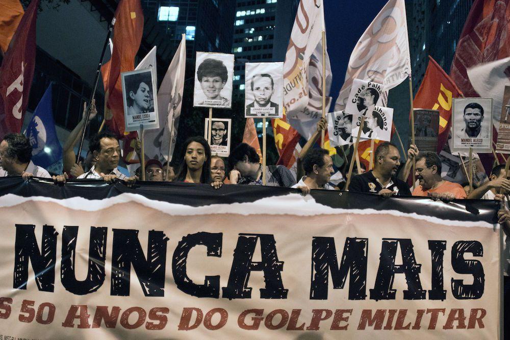 Dimostrazione contro il golpe del 1964 a Rio de Janeiro nel 2014. Foto di: VANDERLEI ALMEIDA/AFP/Getty Images