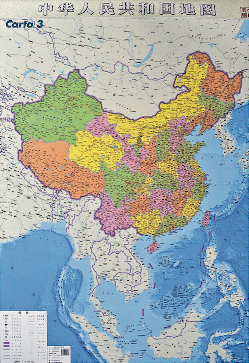 Mappa dello Hunan Map Press e dell'Istituto per la misurazione e la mappatura del Hubei. Questa versione verticale della carta della Repubblica Popolare Cinese (Rpc) mette in risalto le rivendicazioni territoriali di Pechino nel Mar Cinese Meridionale e ha sollevato le proteste del Vietnam. La mappa esalta la grandezza geografica della Rpc rispetto agli altri paesi dell'Asia-Pacifico (esclusi dalla versione orizzontale), quasi a suggerirne il ruolo di prima potenza regionale. La ten dotted line è rappresentata per intero, con la stessa scala del resto della carta.
