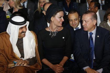 l'emiro Hamad Bin Khalifa al Thani, con la moglie Mozah, e Erdoğan. foto tratta da Lettera 43