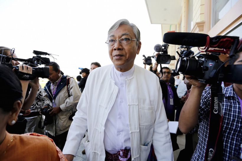 Htin Kyaw (C), the National League for Democracy (NLD) nominated presidential candidate for the lower house of parliament, arrives at Parliament in Naypyitaw February 1, 2016. Picture taken February 1, 2016. REUTERS/Soe Zeya Tun       TPX IMAGES OF THE DAY      - RTSA48T
