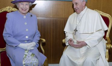 VATICAN CITY, VATICAN - APRIL 03:  (NO UK SALES FOR 28 DAYS FROM CREATE DATE) Queen Elizabeth ll meets Pope Francis at The Vatican on April 03, 2014 in Vatican City, Italy. (Photo by Pool/ Anwar Hussein/WireImage)