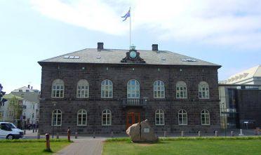 (GERMANY OUT) Über dem Parlamentsgebäude Althing weht die isländische Fahne    (Photo by Gerig/ullstein bild via Getty Images)