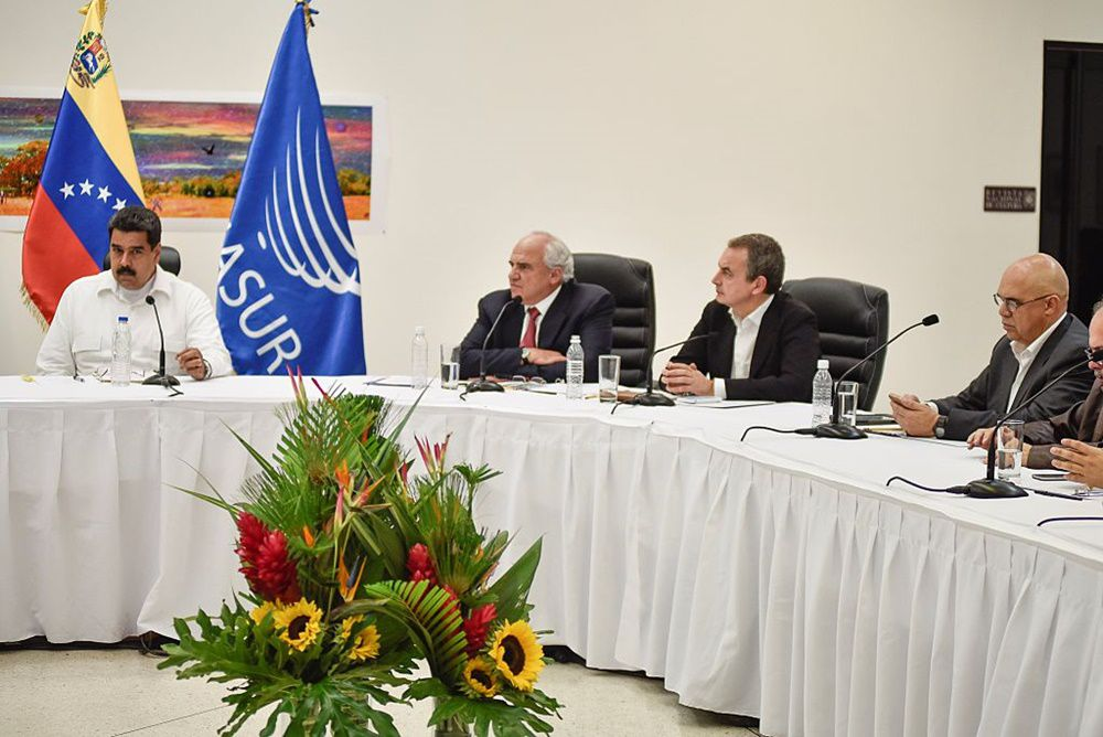 CARACAS, VENEZUELA, OCTOBER 30: (From L- R) Venezuelan President Nicolas Maduro, UNASUR General Secretary Ernesto Samper, former spain President Jose Luis Rodriguez Zapatero and General Secretary  of Opposition Coalition parties (MUD) Jesus Chuo Torrealba during a meeting between Venezuela's government and opposition leaders for Vatican-backed talks, in a bid to defuse the country's political crisis, in Caracas on October 30, 2016. (Photo by Carlos Becerra/Anadolu Agency/Getty Images)