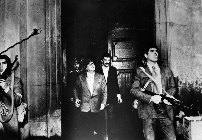 Il presidente Allende lascia il Palacio de La Moneda sotto attacco dei golpisti, 11 settembre 1973 (Foto: Luis Orlando Lagos Vázquez/Keystone/Getty Images).