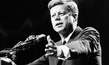 Il presidente statunitense John F. Kennedy durante un discorso, 1962.  (Foto: Central Press/Getty Images).