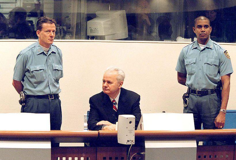 L'ex presidente della Repubblica Federale di Jugoslavia Slobodan Milošević dopo il suo arresto (Foto: Pool Photo/Getty Images)