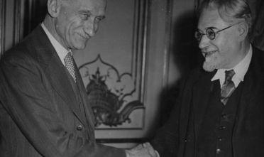 Paul Ramadier (a destra) presidente del Consiglio francese uscente, si congratula con Robert Schuman (sinistra) dopo le elezioni del 1947. (Foto: Keystone/Hulton Archive/Getty Images)