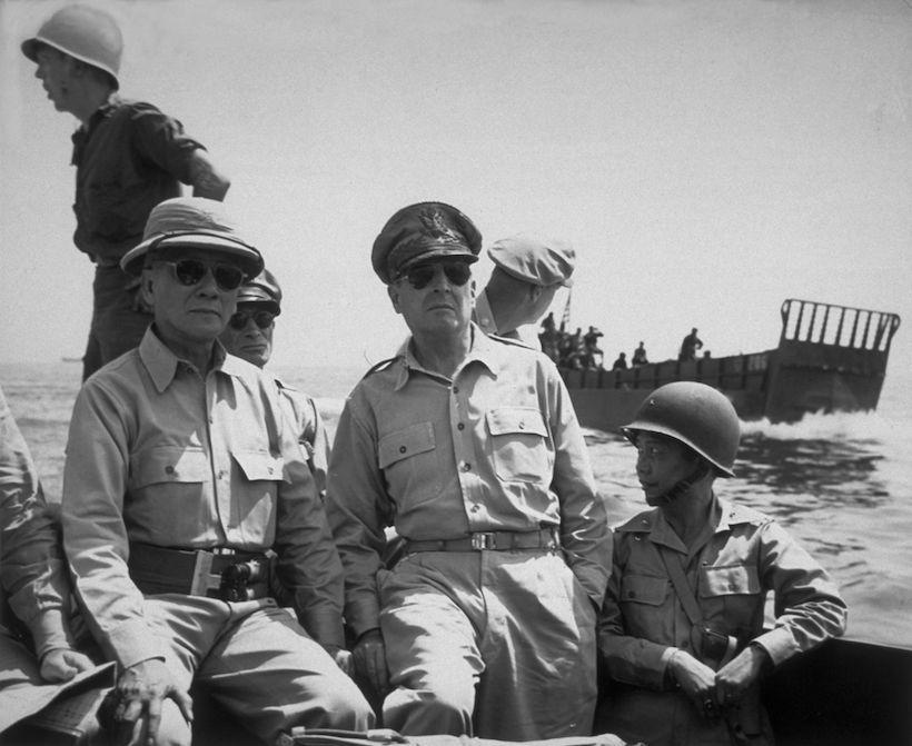 Il generale Douglas MacArthur, al centro, il presidente delle Filippine Sergio Osmena, a sinistra, e il generale Carlos Romulo, ottobre 1944. (Foto: Hulton Archive/Getty Images)