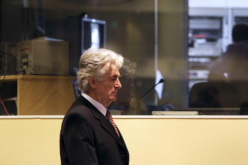 L'ex presidente di Bosnia ed Erzegovina Radovan Karadžić in aula dinnanzi il Tribunale penale internazionale per l'ex-Jugoslavia (Foto: VALERIE KUYPERS/AFP/Getty Images).