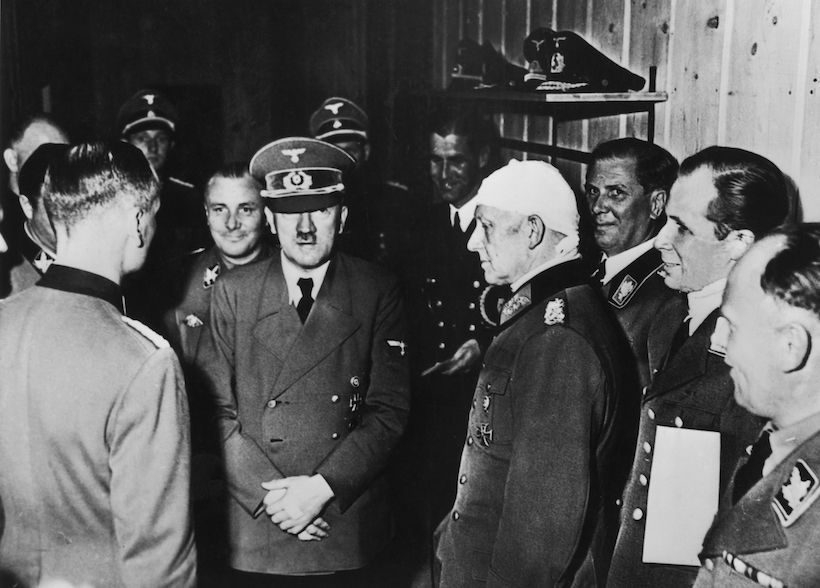 Adolf Hitler alla Wolfsschanze dopo l'attentato del 20 luglio 1944 (Foto: Keystone/Hulton Archive/Getty Images).