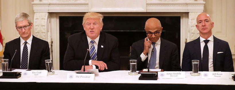 Il presidente Trump insieme a Tim Cook, ceo di Apple (sinistra), Satya Nadella, ceo di Microsoft (centro) e Jeff Bezos, ceo di Amazon (destra). Washington, giugno 2017 (Foto: Somodevilla/Getty Images).