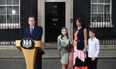 David Cameron a Downing Street con la famiglia davanti durante l'ultimo discorso  da Primo Ministro (Foto: Carl Court/Getty Images)