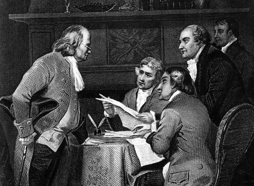 1776, Benjamin Franklin (left), Thomas Jefferson (1743 - 1826), John Adams (1735 - 1826), Roger Sherman e Robert R Livingstone durante la stesura della dichiarazione d'indipendenza (Immagine: Rischgitz/Getty Images).