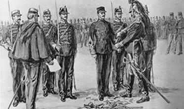 Il capitano d'artiglieria  Alfred Dreyfus viene degradato pubblicamente (Foto: Hulton Archive/Getty Images).