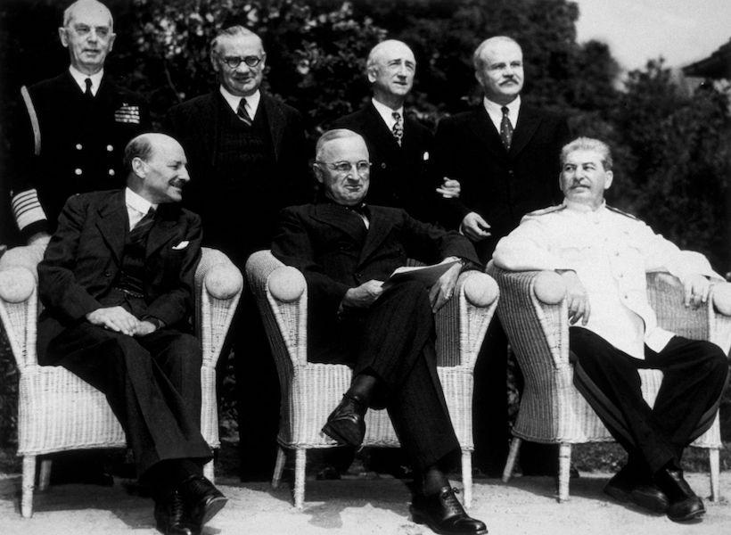 Conferenza di Potsdam. Da sinistra seduti: Clement Attlee, Harry S Truman e Josif Stalin. In piedi da sinistra: Admiral Leahy e il ministro degli esteri Ernest Bevin, Byrnes e il ministro Molotov. (Foto: Keystone/Getty Images).