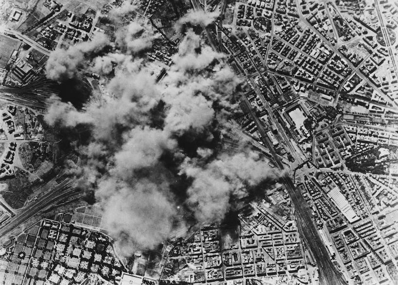 Raid aerei alleati sul quartiere San Lorenzo a Roma, 19 luglio 1943 (Foto Keystone/Hulton Archive/Getty Images).