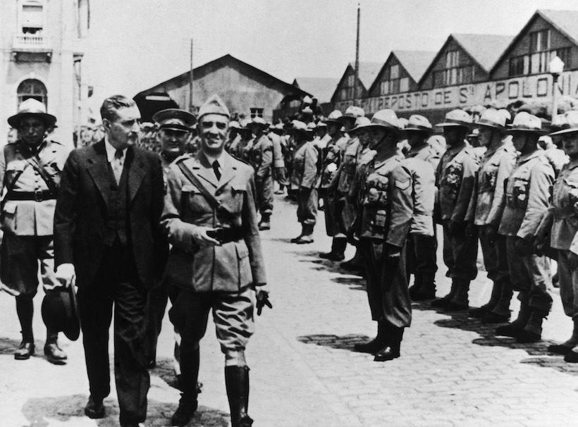 Il dittatore portoghese Antonio De Oliveira Salazar (a sinistra in borghese) fa visita a un reparto dell'esercito delle isole Azzorre, 1950 circa (Foto: Evans/Three Lions/Hulton Archive/Getty Images).