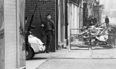 Soldati dell'esercito britannico tra le strade di Belfast, 1972 (Foto: Evening Standard/Getty Images).