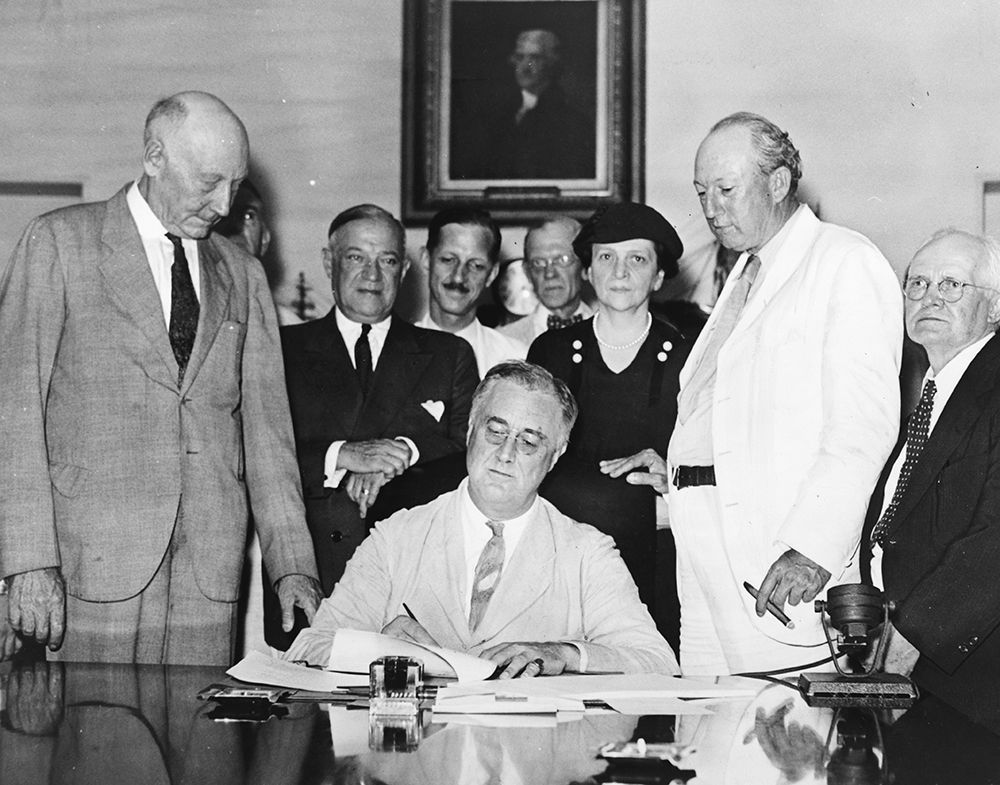 Il presidente Roosevelt firma il Social Security Act, agosto 1935. [Credits: Wikipedia commons]