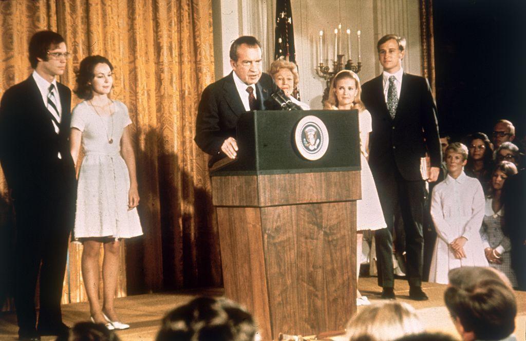 Il presidente Richard Nixon alla Casa Bianca con la famiglia dopo aver rassegnato le dimissioni. [Foto del 9 agosto 1974. Credits: Keystone/Hulton Archive/Getty Images]