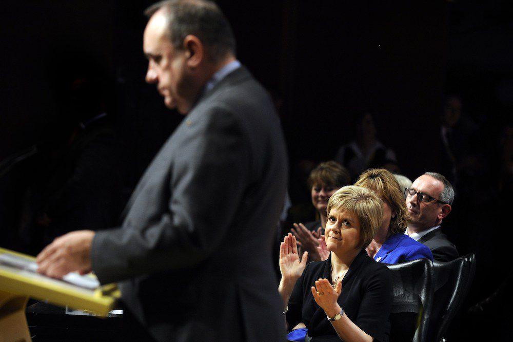 Alex Salmond, ex primo ministro scozzese e leader della campagna per il Si al referendum durante il suo ultimo discorso dopo le dimissioni. Dietro, Nicola Sturgeon che ne eredita la leadership dell'Snp (Foto: Andy Buchanan/AFP/Getty Images).
