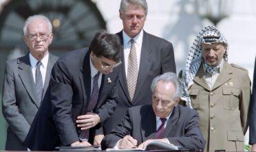 Shimon Peres (al centro), Yitzhak Rabin (a sinistra), unidentified aide, Yasser Arafat (a destra) e Bill Clinton alla cerimonia degli accordi di Oslo, Washington 13 settembre 1993. (Foto: J. DAVID AKE/AFP/Getty Images).