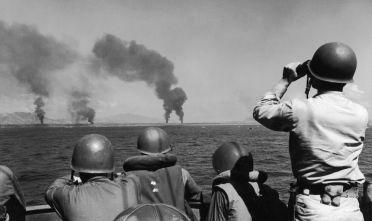 Soldati americani osservano i primi bombardamenti sulla costa di Leyte, ottobre 1944. (Foto: Keystone/Hulton Archive/Getty Images).
