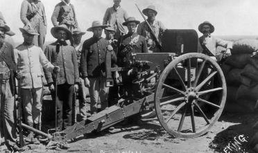 Un gruppo di afrikaner in trincea durante l'assedio di Mafeking della seconda guerra boera, 1899-1900.  (Foto: Van Hoepen/Hulton Archive/Getty Images).