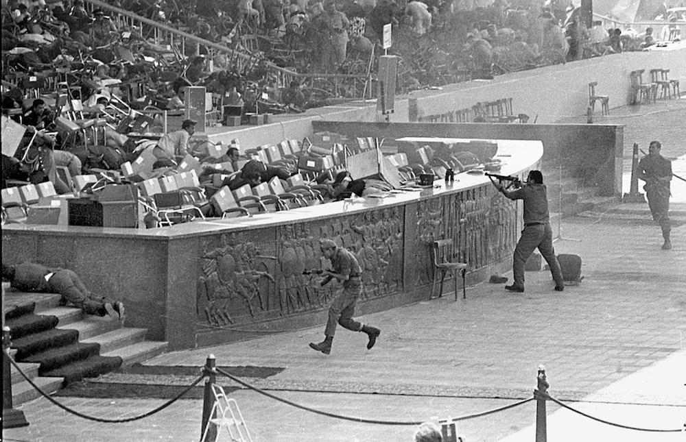 Il momento in cui Khalid al-Islambuli spara a al-Sadat durante la cerimonia (Foto: Universal History Archive/UIG via Getty Images).
