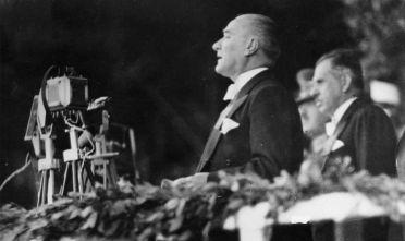 Mustafa Kemal Atatürk durante un comizio, 1935 circa.  (Foto: Hulton Archive/Getty Images).