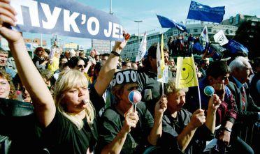 Dimmostranti anti-Milošević a Belgrado dopo l'esito dell'elezioni presidenziali del settembre 2000 (Foto:  Braca Nadezdic/Newsmakers).