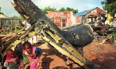 Somalia, autunno 1993: macerie di un elicottero americano classe Black Hawk abbattuto durante le due giornate di battaglia a Mogadiscio (Foto: ALEXANDER JOE/AFP/Getty Images).
