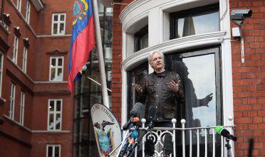 Il fondatore di WikiLeaks Julian Assange in una conferenza stampa dall'ambasciata ecuadoriana a Londra   (Foto: Jack Taylor/Getty Images).