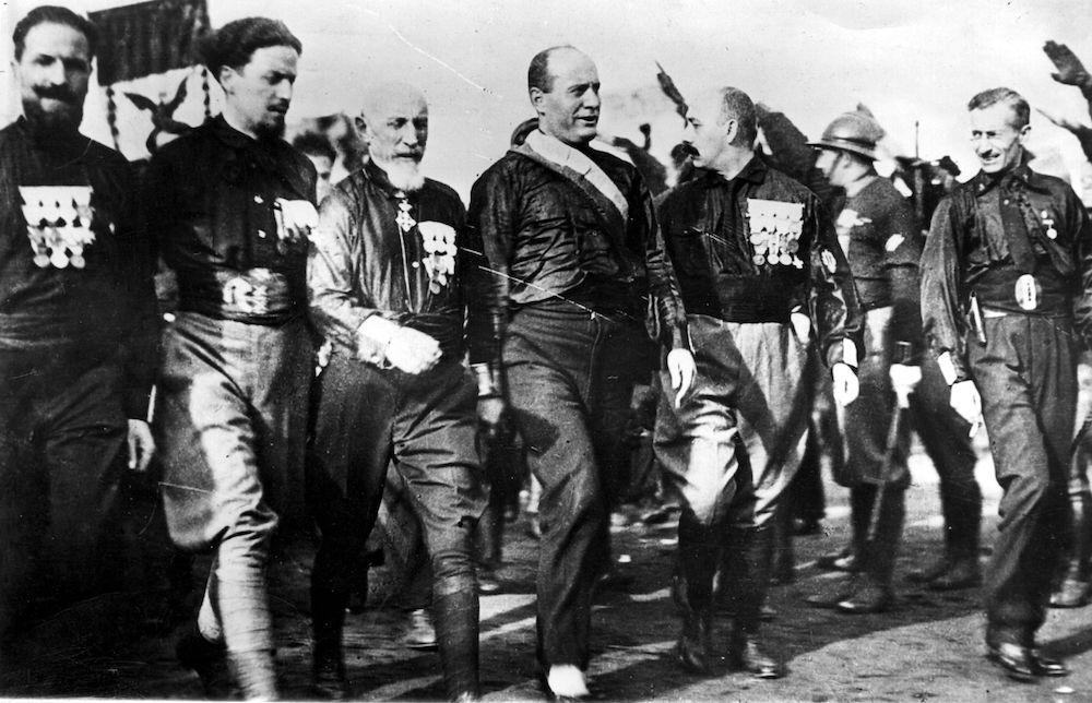 Mussolini durante la marcia su Roma, 28 ottobre 1922. Al suo fianco il generale De Bono, Italo Balbo, Cesare De Vecchi e Michele Bianchi, i quattro membri dello Stato Maggiore fascista (Foto: BIPs/Getty Images).