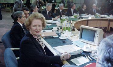 Margaret Thatcher, primo ministro britannico (1979-1990) durante un summit della Comunità economica europea (Cee) a Londra, dicembr 1986  Foto: STEVE WILKINSON/AFP/Getty Images).