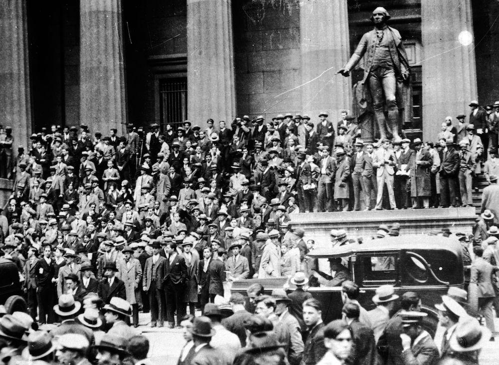 Persone riversate davanti la Federal Hall al 26 di Wall Street, ottobre 1929. (Foto: Keystone/Getty Images).