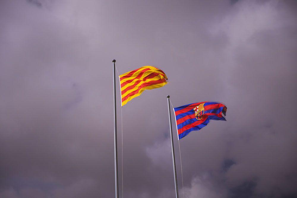 Le bandiere di Catalogna e Barcellona F.C. fuori dallo stadio Camp Nou.  (Foto: Gonzalo Arroyo Moreno/Getty Images).