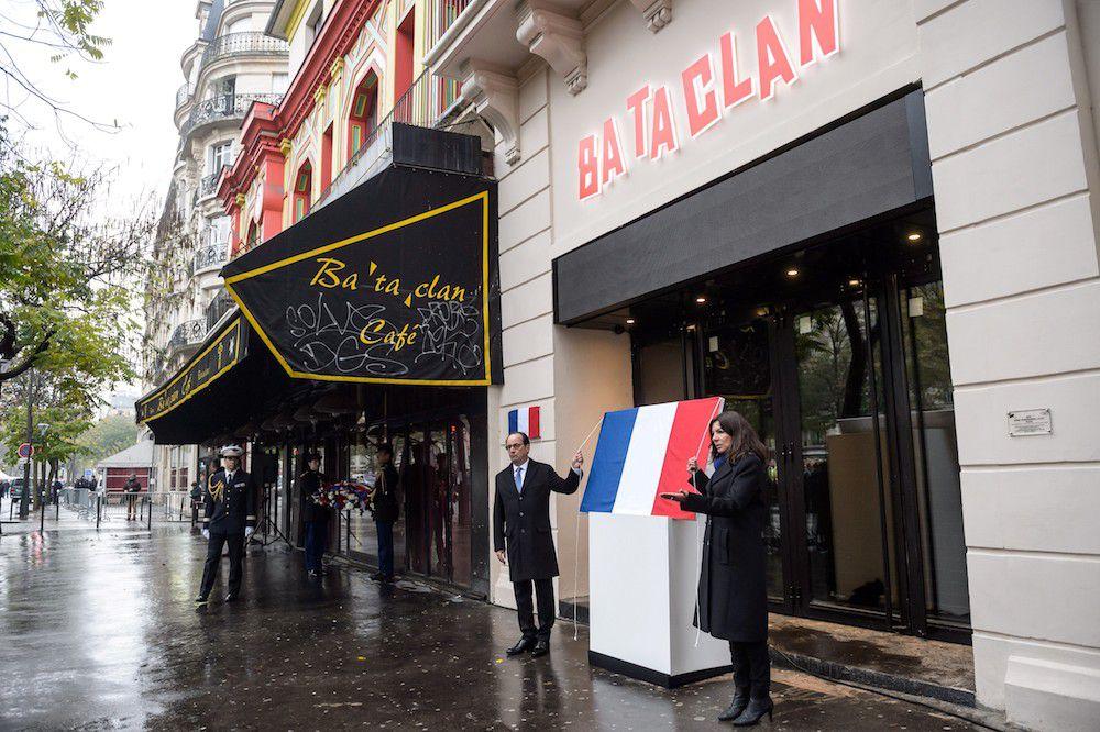 Il presidente francese Francois Hollande (L) e la sindaca di Parigi Anne Hidalgo inaugurano la lapide commemorativa degli attacchi del 13 novembre 2015 al teatro Bataclan, 13 novembre 2016 (Foto: CHRISTOPHE PETIT TESSON/AFP/Getty Images).