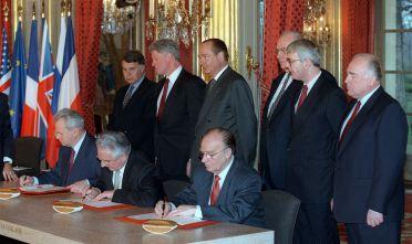 Da sinistra: Felipe Gonzalez, Bill Clinton, Jacques Chirac, Helmut Kohl,  John Major e Victor Chernomyrdin. Seduti da sinistra: Slobodan Milosevic, Franjo Tudjman e Alija Izetbegovic. Palazzo dell'Eliseo, Parigi dicembre 1995 (Foto: MICHEL GANGNE/AFP/Getty Images).