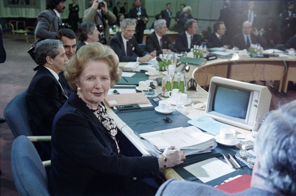 Margaret Thatcher, primo ministro britannico (1979-1990) durante un summit della Comunità economica europea (Cee) a Londra, dicembr 1986 (Foto: STEVE WILKINSON/AFP/Getty Images).