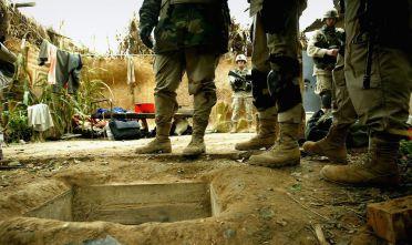 Soldati americani presso il bunker in cui venne trovato Saddam Hussein il 13 dicembre 2003. (Foto:  Chris Hondros/Getty Images).
