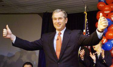 Il candidato repubblicano George W. Bush festeggia la decisione della Corte Suprema, dicembre 2000 (Foto: TIMOTHY A. CLARY/AFP/Getty Images).