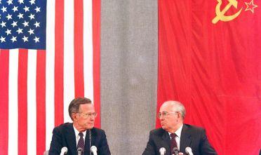 I leader di Stati Uniti e Unione Sovietica George H.W. Bush e Mikhail Gorbachev in un'immagine del 1991 (Foto: MIKE FISHER/AFP/Getty Images).